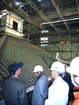 甲府駅の北口に移築されている重文の擬洋風学校建築「藤村記念館」の工事現場を見学