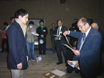 藤村記念館で初級の修了証書が日伝建の西澤会長から渡される。写真は弊社の大工職人・志村功