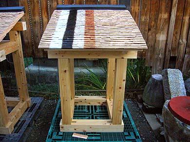 例えばこれは、宮城県産の人工林の杉(樹齢35年)を使った杮(こけら)葺き、屋根表面のカラーの縞は耐久性向上のため塗布した各種薬剤