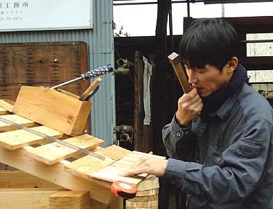 杮(こけら)板とともに宮城県熊谷産業の屋根葺き職人が来て屋根をふきました