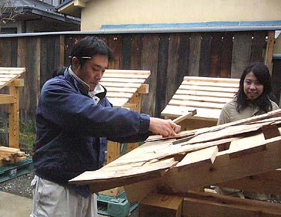 伝匠舎の大工も参加して杮(こけら)葺きのお手伝い
