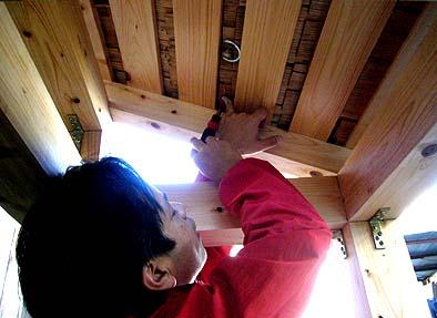 杮(こけら)屋根の裏面に温・湿度計を仕込む工学院大学の田村准教授