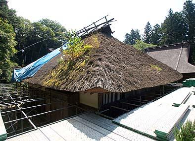 着工前 屋根には草木が生え、傷みが大きい個所には防雨シートがかけられていた