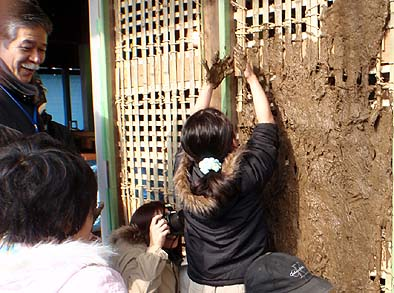 竹を縦横に組んだ壁の下地に手で土を塗りつける・・・