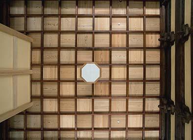 修復が完了した開山堂の格天井(ごうてんじょう)