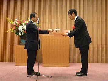 賞状を授与される社長の石川
