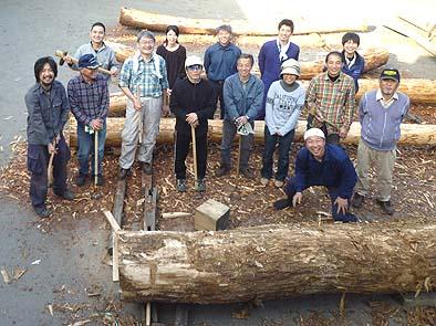 作業が終わって皆で記念撮影、前にあるのは大黒柱にするクリの大木