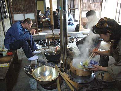 上条の甲州民家情報館で昼食、囲炉裏でほうとうを、蒸篭釜でキャベツ蒸しを作りました