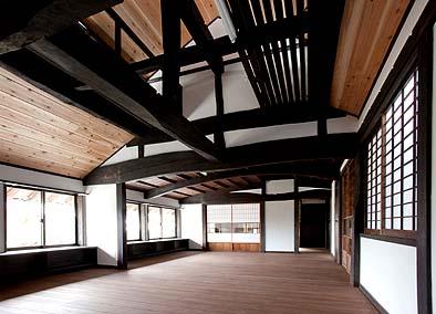 竣工、二階ホール、突き上げ屋根部分