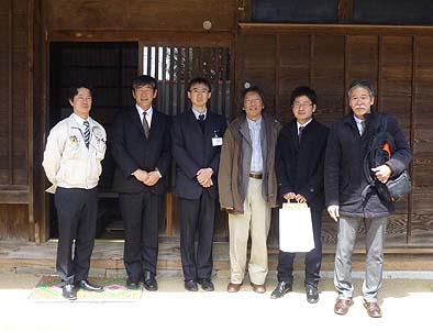 区の担当者、設計事務所の皆さまとともに記念写真