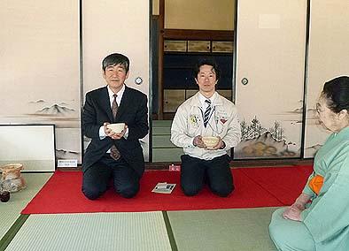 当日は茶道のもてなしがありました。社長の石川(左)と現場を担当した弊社の塩野監督