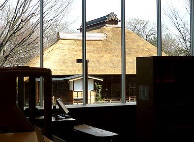 ふるさと文化館の2階の大窓から旧内田家住宅が見えるように設計されている