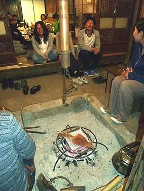 中締めの後も、囲炉裏でするめを焼きながら深夜まで会は続いたのでした