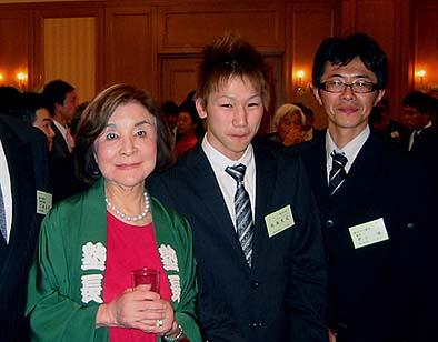 入塾式懇親会にて、左から松田妙子塾長、松永充広塾生、井上修指導棟梁
