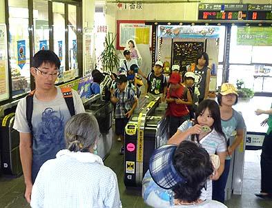 中央本線塩山駅に下り立つ子供たち