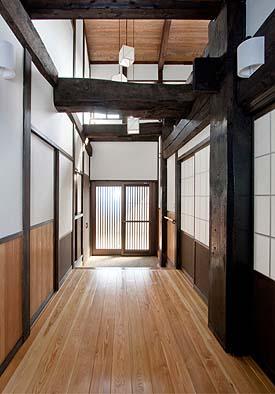 廊下から玄関方向を見る、上部は吹き抜けで天窓から美しい光が注ぎます