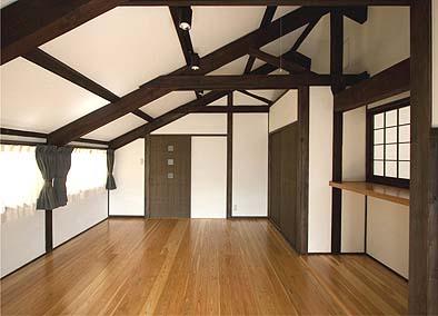 二階寝室1 二階は明治期のトラス構造、たいへん精緻でしっかりした仕事がしてありました
