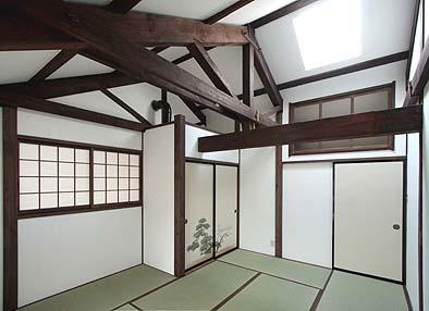 二階寝室2 トップライトが壁の欄間から部屋入口向うの階段室にも光を注いでいる