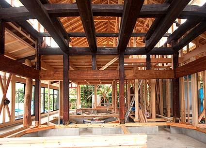 太い欅の柱と、二重に組まれた梁組