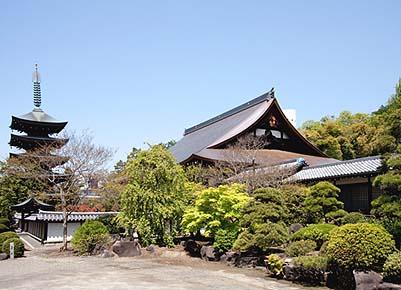 竣工した御本堂屋根工事、左手は長禅寺の五重塔