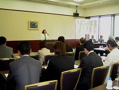 会員大会であいさつされる松田妙子理事長