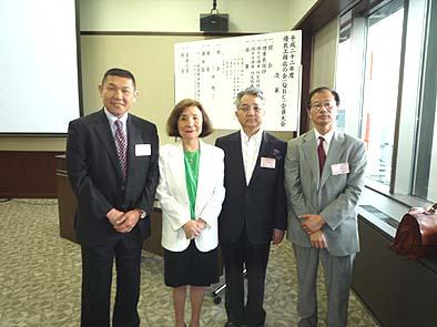 松田妙子理事長を囲んで。右から越海室長、橋本課長、松田妙子 理事長、弊社常務の細川。