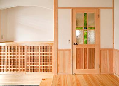 玄関 ステンドガラス入りの木製建具
