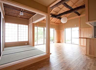 板張りの居間と三畳の和室