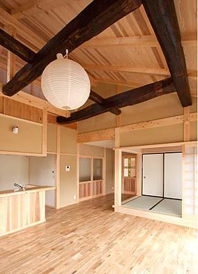 居間の吹き抜けには古材の梁組を使用