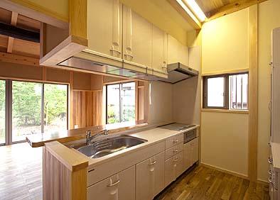 居間に面するキッチン