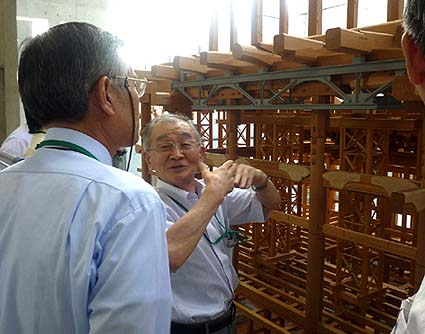 現場研修は京都・東本願寺の御影堂で行われました。熱心に講義する伊原恵司先生。先生は平成の大修理工事の総監督でした