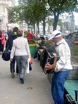 海辺の通りでストリートミュージシャンがアコーデオンを奏でていた