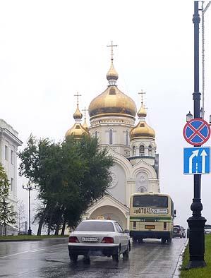 スパン・プレオブラ・ジェンスキー大聖堂に参拝。信者の姿も少なくなかった。玉ねぎ型の屋根がなんとも印象的。讃美歌は天上の音楽のごとく美しいものだった