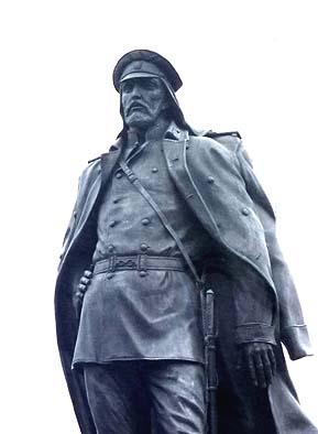 アムールスキーという軍人の銅像 ハバロフスクの英雄らしい着流しのコートに男らしい面構えが何ともいいのです