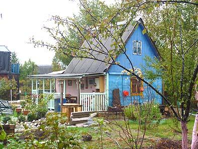 愛らしい農舎。ロシア人はこんな形で農業を楽しみ実益も兼ねている。都心部から約1時間の距離にある。農業のための夏の家と思われる