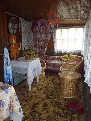 農舎の室内(寝室)。家は高級ではなく手作り感にあふれている。室内の飾り付けがうまい