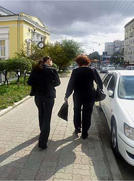 ビフォー・アフターではないがロシアの女性は擬態するのか? 左が娘で右が母である