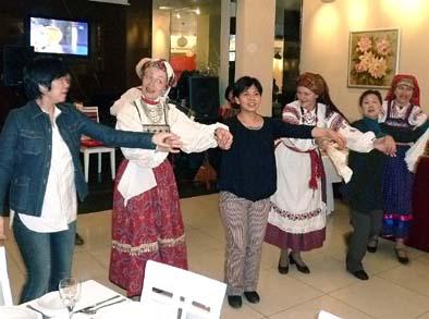 年配の女性にもやせた人がいる。ロシア民謡を歌う小楽団の民俗意匠がかわいい