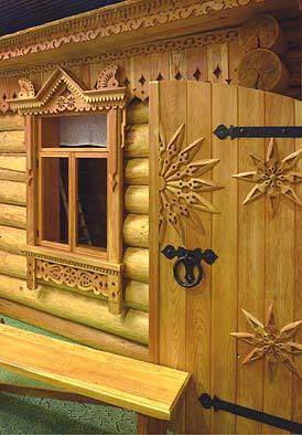 ロシアの家はログハウス。窓回りやドアに刻まれた彫刻は精緻で美しい