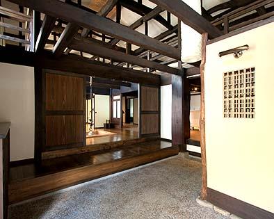 竣工 玄関土間 上りはな奥に大黒柱、イロリの間堺に4枚の帯