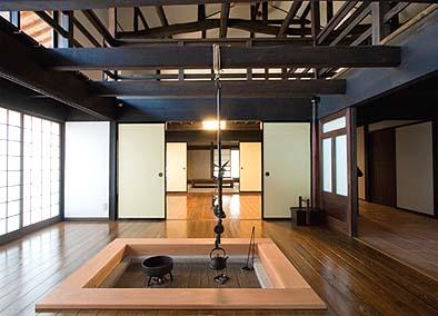 竣工 大きな囲炉裏のある居間 天井は無く二階から突き上げ屋根に通ずる吹き抜けになっている