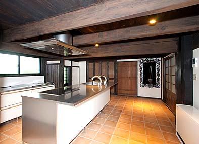 竣工 キッチンとアイランド型のカウンターバー