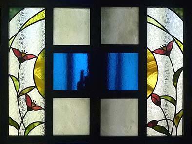 北側窓にステンドグラスを入れる(作家:網野奈々)