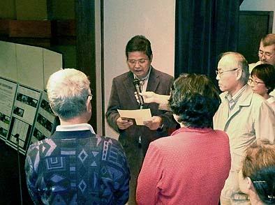 民家再生奨励賞を授与する代表理事の佐藤