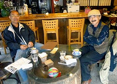 古民家カフェでくつろぐ仲間の宮原さん(右)と天野さん