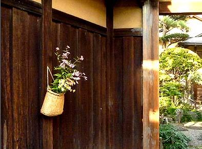 門口に掛けられた花かごに納得、古川はほんとにいい街ですね