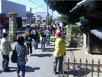 10月2日(土)主屋の保存修理完成が完成したのを受け、見学会が開催されました。公開を前に宮光園の正門前に集まる見学者。