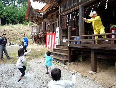 狐が釣った魚を子供たちと取り合う遊びが演じられ笑いを誘った