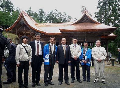 記念撮影 左から柳通監督、石川社長、山本総代代表、横内韮崎市長、細川常務、佐々木総代、岩間棟梁