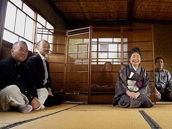 左から松前邸のオーナーの松前さん、建築家の大沢さん、故人の奥様の内田さん、右端は建築家の鈴木さん、みな茶会社中の皆様です。